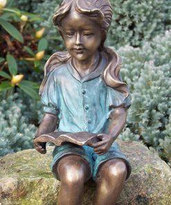 Bronzen beeld lezend meisje